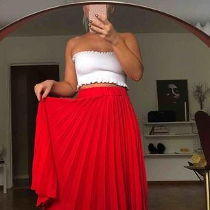 Röd plisserad kjol från GinaTricot, går under knäna. Resor i midjan, strl xs. Jättefint skick! 100kr + 63kr i spårbar frakt ✉️