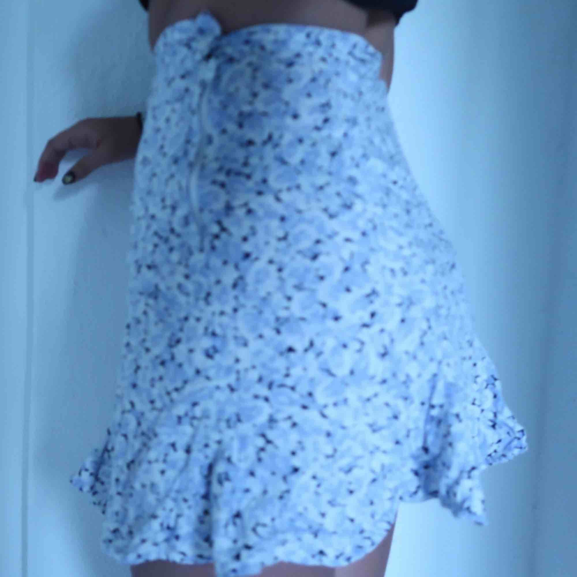 Jättegullig minikjol inköpt på beyond retro🌬💐 för liten för mig som ni ser, det är en liten XS!. Kjolar.