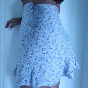 Jättegullig minikjol inköpt på beyond retro🌬💐 för liten för mig som ni ser, det är en liten XS!