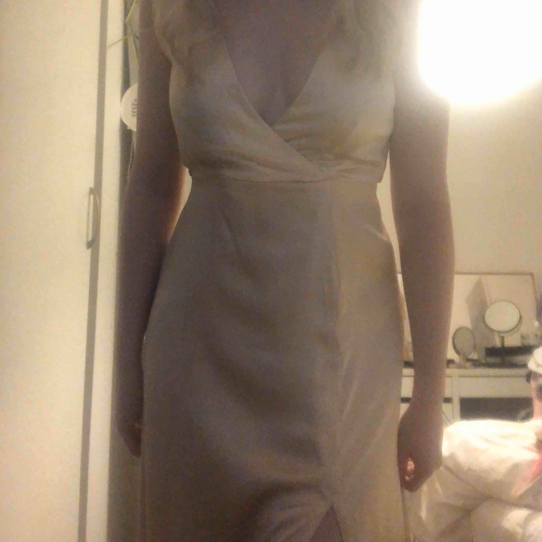 Finaste balklänningen någonsin, använd endast 1 gång💕 Klänningen säljs inte längre, men tror jag köpte jag den för 750 kr. Jättefin kvalite, går ner till marken även på långa personer, lite längre där bak✨ Urringning både fram och bak. Frakt 50kr+ . Klänningar.