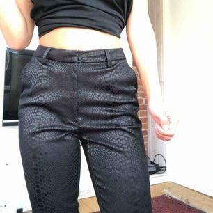 Jätte snygga byxor med ormmönster. Använda 2 gånger och säljer pga att dem är lite för små för mig.