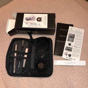 Brow kit från Anastasia Beverly Hills i färgen Taupe! Innehåller brow powder duo, stenciler för formande av ögonbryn, genomskinlig/transparent brow gel, precision pincett, borste, instruktioner.. NYPRIS 775kr
