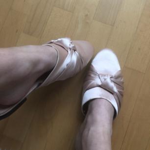 Ballerina dröm! Underbara bekväma finskor från HM i ett lent rosa satinmaterial. Otroligt vackra o i princip felfria! endast ett pytte svart streck(bild3). Tillägg 50:- för frakt så står jag för resten. fast pris. FRAKTAR ENDAST