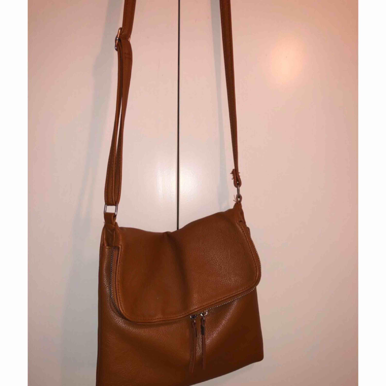 Jättefin brun handväska ifrån Lindex. Bra förvarning och i jättefint skick. . Väskor.