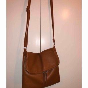 Jättefin brun handväska ifrån Lindex. Bra förvarning och i jättefint skick.