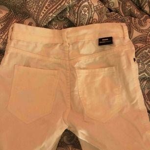 Vita supersköna jeans från Dr. Denim, för små nu och hann nog bara använda dom mindre än 5 gånger så verkligen samma skick som vanliga! Ordinarie pris ligger på 499kr