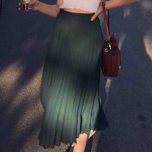 Mörkgrön pliserad lång kjol. Köpt second hand utan lapp. Passar mig som har xs/s. Mycket fint skick!! Frakt på 30kr tillkommer :)