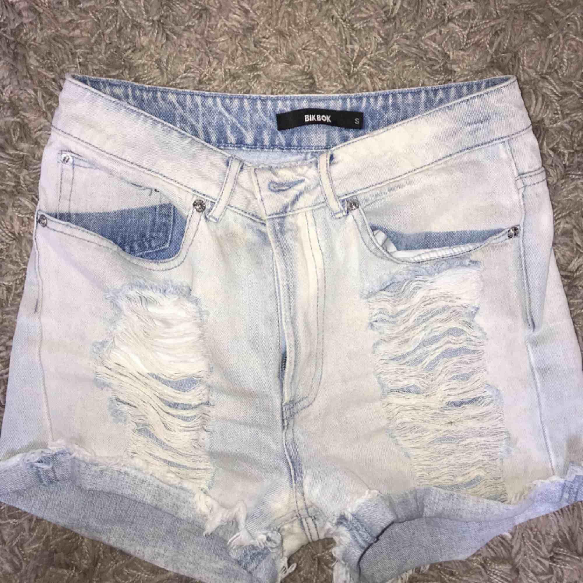 Snygga högmidjade shorts från bikbok aldrig använda. Shorts.