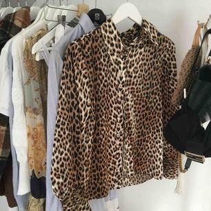 Leopardmönstrad sidenskjorta köpt på second hand i Köpenhamn för några hundra. Superfint material. Lappen bortklippt i nacken så har ingen aning om märke eller storlek. Skriv för fler bilder!