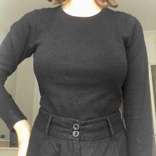Fin basic svart tröja från märket Oxford Street. Inte hittat nypris men gissar åt det dyrare hållet. Inte mycket använd, jättefint skick. Passar nog alla mellan XS-L beroende på hur man vill att den sitter. Möts upp i Stockholm eller skickar mot frakt