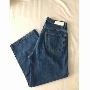 Superfina jeans från Whyred. Waist 28. Köpta förra sommaren och har knappt används då det inte riktigt är min stil. Höga i midjan och lite cropped. Satt lagom (inte supertajt) på mig som är 36/38 i storlek, eller 27/28 i waist. Frakt på 79kr tillkommer ✨