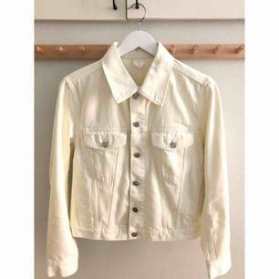 Superfin jeansjacka från Arket, storlek 38. Off white, 100% bomull. Köpt för 800kr. Ångrade köpet men hann ej lämna tillbaka. Frakt på 79kr tillkommer ✨