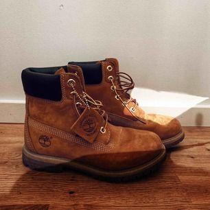 Timberland i dammodellen vilket innebär att de är aningen smalare och sitter bättre på foten, endast använda ett fåtal gånger! Självklart går skorna att frakta och priset går att diskutera vid en snabb affär! 🍁🍂
