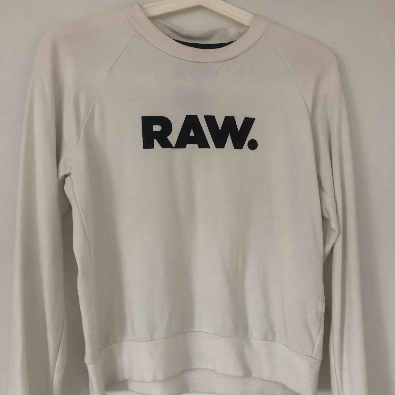 Vit G star Raw tröja, säljer pga att den har inte kommit till så mycket användning. Köparen står för frakten 💕. Huvtröjor & Träningströjor.