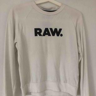 Vit G star Raw tröja, säljer pga att den har inte kommit till så mycket användning. Köparen står för frakten 💕