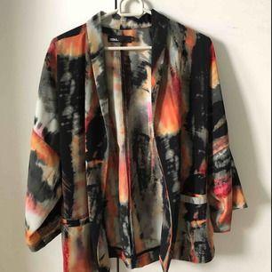Aldrig använd mönstrad kimono från ZOUL. 100% polyester. Frakt på 25kr tillkommer