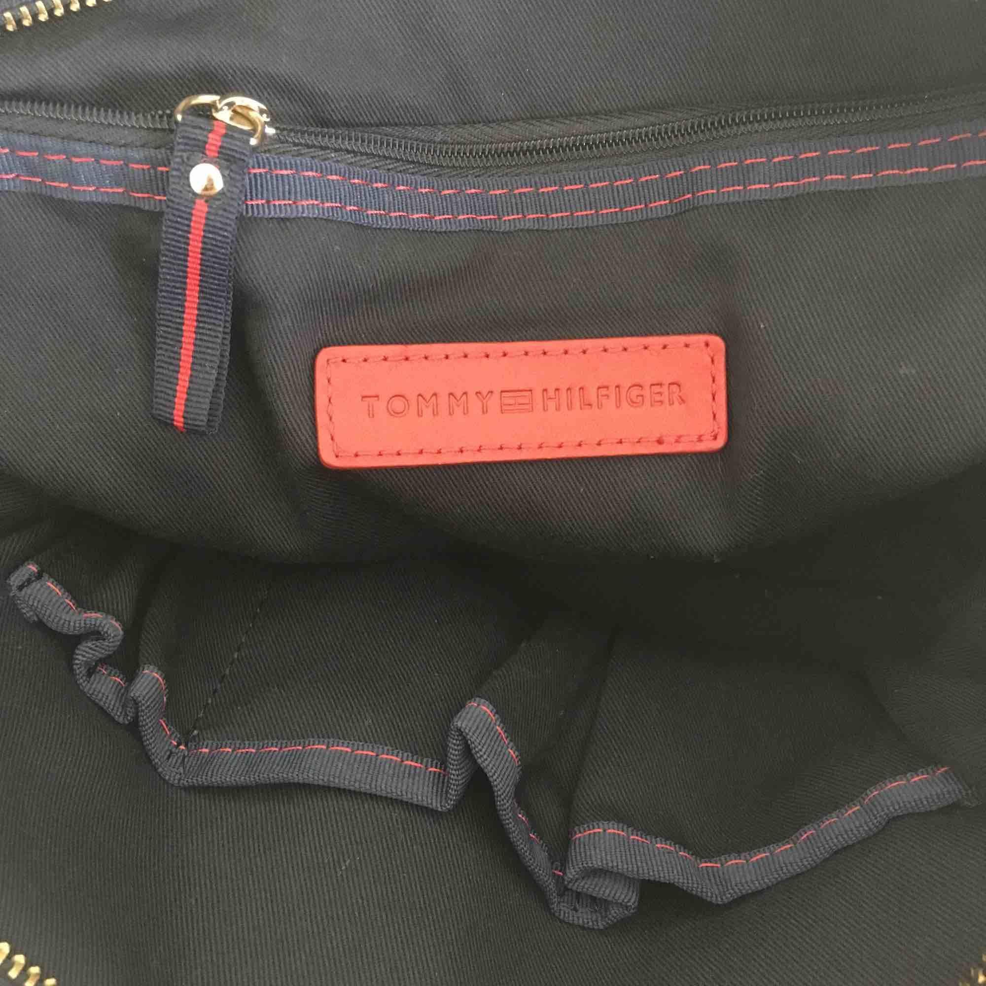Äkta Tommy Hilfiger väska, knappt använd. Väldigt rymlig! . Väskor.