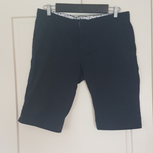 Ett par marinblåa shorts i mycket bra skick. Har inte använt dom så mycket. Kan mötas upp i Norrtälje eller Uppsala annars står köparen för frakten.
