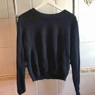 Stickad marinblå tröja