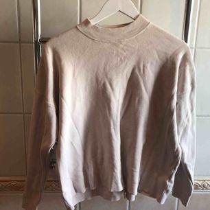 Snygg sweatshirt ljusrosa, har några få fläckar som knappt syns, kan gå bort i tvätt.