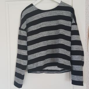 En gråa/svart randig tröja med knappar i ryggen. Har använts mycket men är i mycket bra skick. Kan mötas upp i Norrtälje eller Uppsala annars står köparen för frakten.