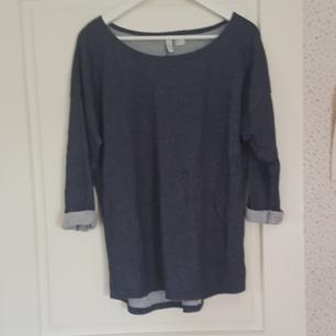 En marinblåa tröja med uppvikta ärmar. Har använts ett antal gånger. Den är i bra skick. Kan mötas upp i Norrtälje eller Uppsala annars står köparen för frakten.