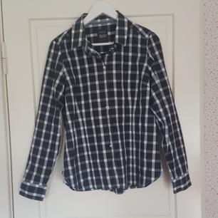 En svart /vit rutig skjorta som har använts två gånger. Den är mycket bra skick. Kan mötas upp i Norrtälje eller Uppsala annars står köparen för frakten.