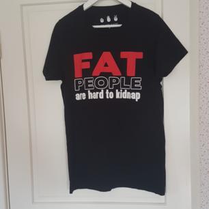 En helt oanvänd svart t-shirt så är i topp skick. Kan mötas upp i Norrtälje eller Uppsala annars står köparen för frakten.
