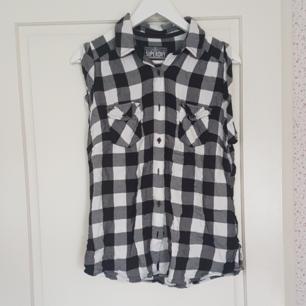 En kortärmad svart/vit rutig  skjort. Har använt ca.2 gånger är i bra skick. Kan mötas upp i Norrtälje eller Uppsala annars står köparen för frakten.