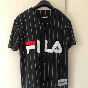 Aldrig använd FILA-tröja storlek XS. 100% polyester.  Tillkommer fraktkostnad på 59:-