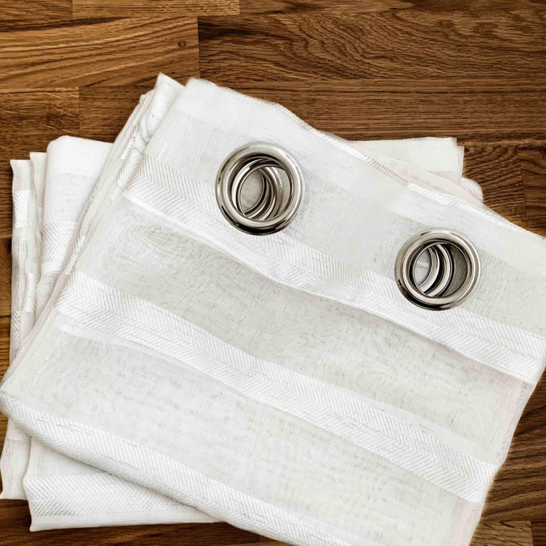 Ljusa fina gardiner i vitt, tyngdband längst ner vilket ger ett fint fall, dessa går att ta bort! Inkl. Frakt 🌤. Övrigt.