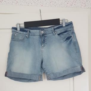 Ett par jeans shorts som har använts mycket, men är i bra skick. Kan mötas upp i Norrtälje eller Uppsala annars står köparen för frakten.