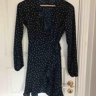 Prickig klänning från forever21, helt oanvänd då den var för liten för mig. Söt som socker i marinblå färg med fin volang upptill.