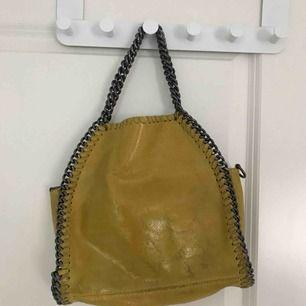 Stella McCartney inspirerad väska. Gul och i toppenskick!
