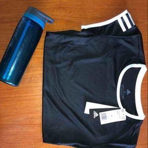 Adidas t-shirt för träning gjord av återvunnen polyester, prislapp finns kvar, köpt i USA, använd 1 gång för att fota, absolut nyskick, säljes pga oönskad present💞❣️