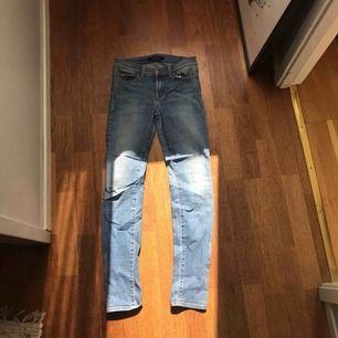 Jeans från j Brand i färgen comet. Sparsamt använda och är i storleken 14. Skulle förmodligen passa w.26-28