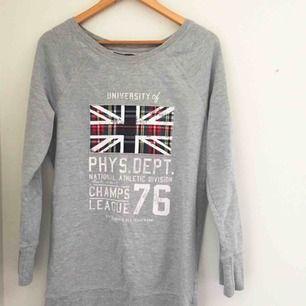 En lång grå sweatshirt med. Köpt secondhand så fint begagnat skick. Kan frakta eller mötas upp i Stockholmsområdet.