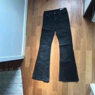 Svarta bootcut/flare jeans från Crocker. Sitter jättefint!