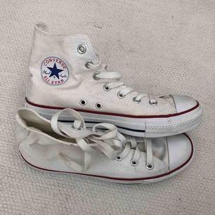 Så gott som nya vita Converse.