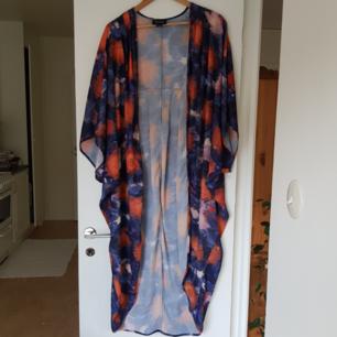 Mönstrad kimono från Monki. Knappt använd och i nyskick. Kan mötas i Uppsala, eller så står köparen för frakt. 🌸