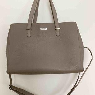 Rymlig handväska i en grå färg med justerbart samt avtagbart axelbandsrem och 3 rymliga fack med väl fungerade dragkedjor 🐚 Tveka inte på att höra av dig vid funderingar ✨