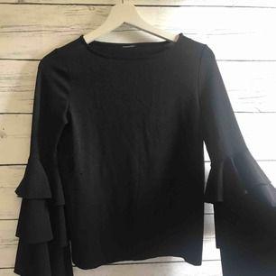 En härlig svart fallande långärmad tröja med vida ärmar! Kommer från Gina Tricot och har använts sparsamt, köparen står för frakt 25kr😊