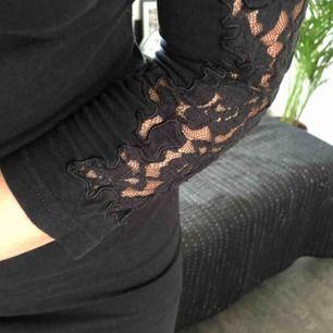 Fin svart bomullsklänning med spetspartier på armar och rygg, klänningen slutar en liten bit över knät på mig och jag är 164cm!💘🤠