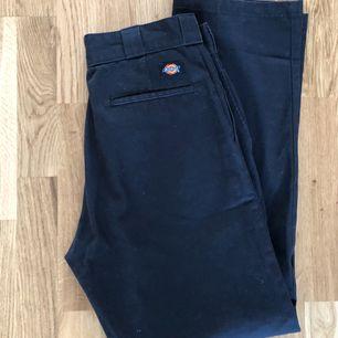 Ett par svarta dickies byxor 🥰 eventuell frakt står köparen för 🌼