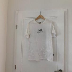 En supersnygg t-shirt från helly-Hansen X sweet sktbs 🥰eventuell frakt står köparen för 🌼