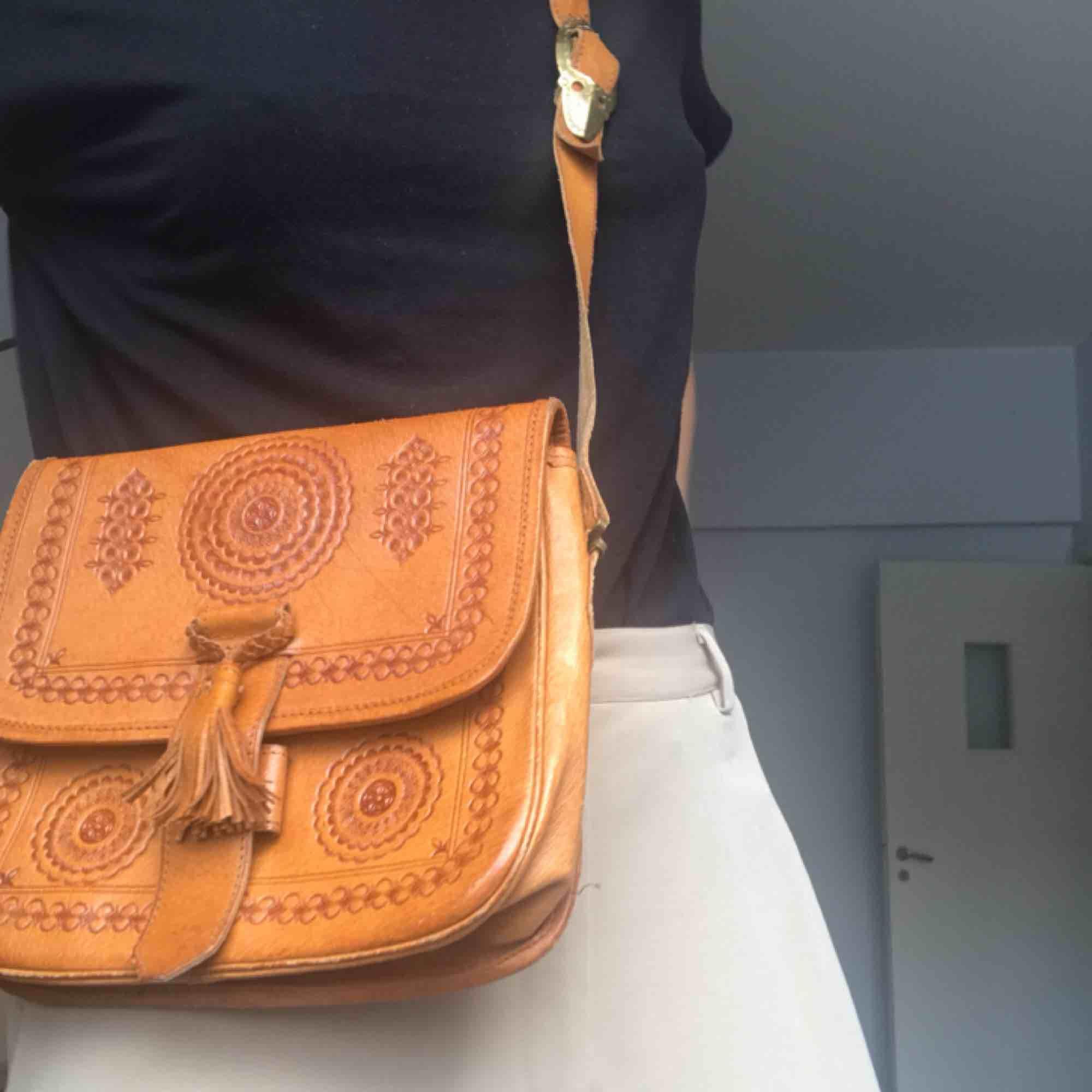 Superfin bohemisk skinnväska! Behöver däremot lite kärlek och sys i botten (se  sista bild). . Väskor.