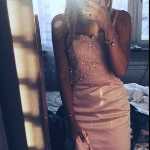 Ljusrosa balklänning i modellen jungfru, överdelen är smyckad med paljetter, pärlor och spets. Tveka inte på att höra av dig vid funderingar (spårbar frakt är inga problem att ordna) 🌤