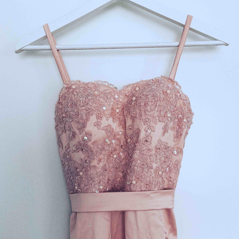 Ljusrosa balklänning i modellen jungfru, överdelen är smyckad med paljetter, pärlor och spets. Tveka inte på att höra av dig vid funderingar (spårbar frakt är inga problem att ordna) 🌤. Klänningar.