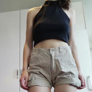Beige shorts från Timberland i cargomodell. Stl 16 (tror det betyder 16 år). Passar bra på mig som har XS, snygga att vika upp. Midjemått 70 cm. Frakt 59 kr.
