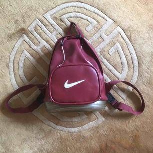 Cool Nike-ryggsäck. Inte så stor, inte heller liten. Mått: 25x35 cm. Små färgfläckar i botten( se bild 2 och 3)  men syns ej utåt!